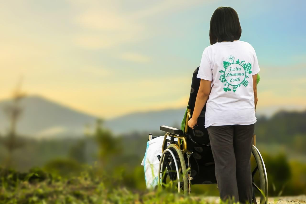 Devenir accompagnateur de personnes âgées et dépendantes