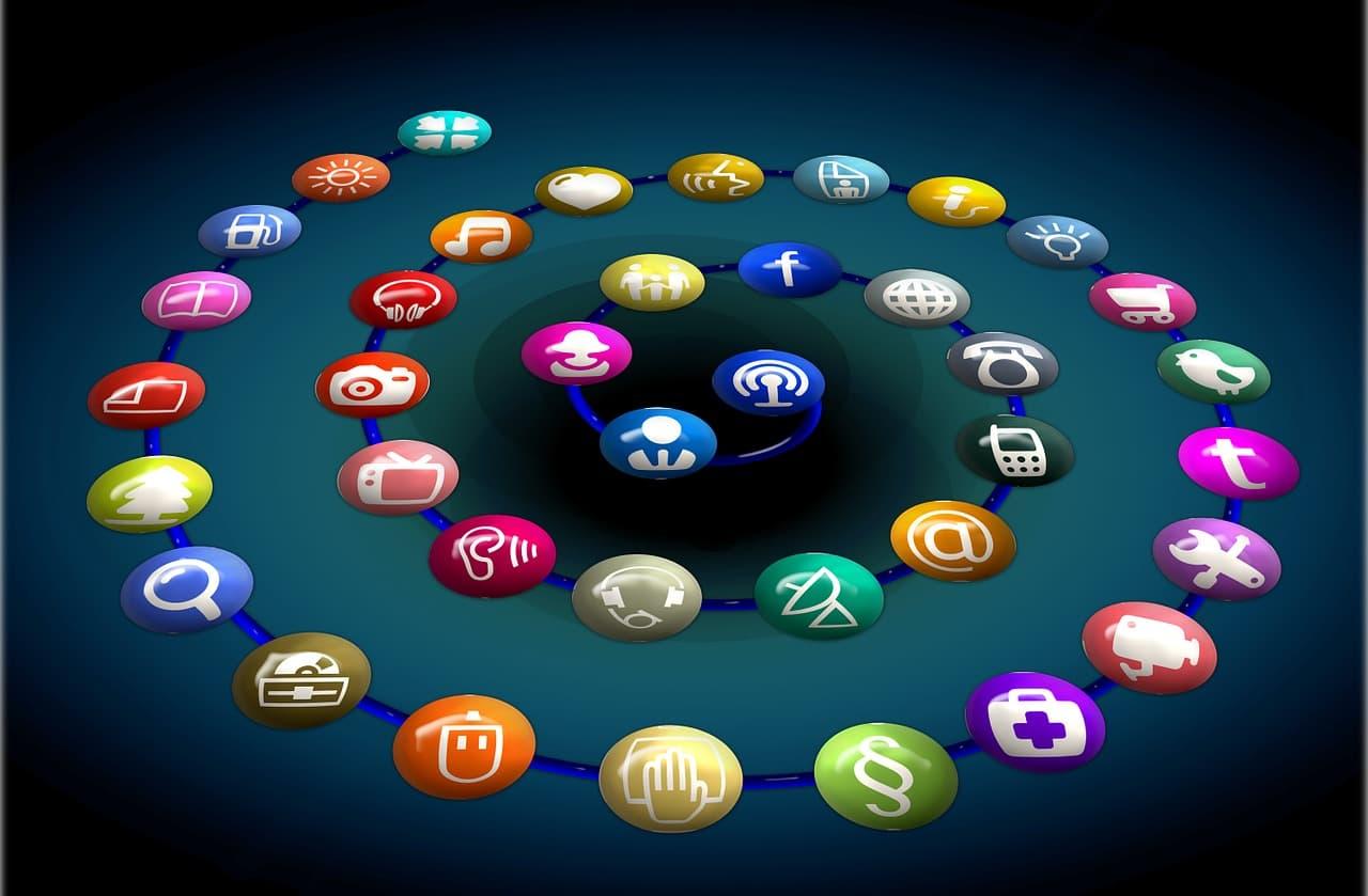 Spirale de réseaux sociaux sur fond noir