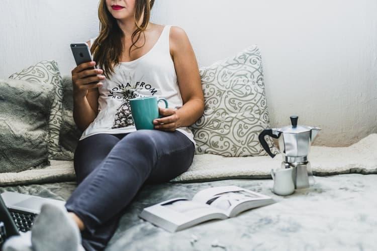journée type femme lit déjeuner café ordinateur livre